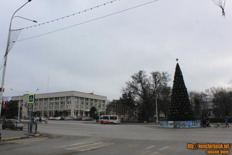 Проспект Платовский, ёлка и здание Администрации