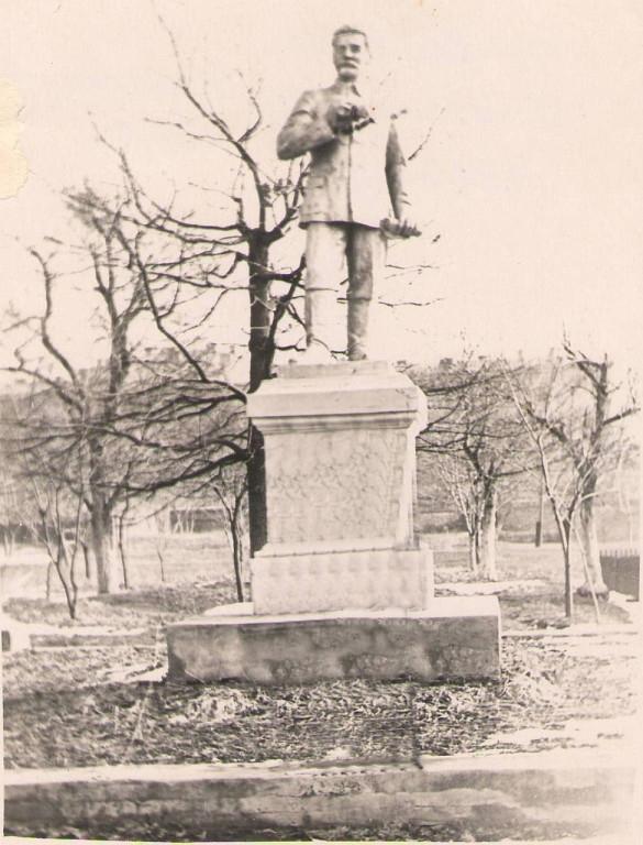 Памятник Серго Орджоникидзе на территории НПИ