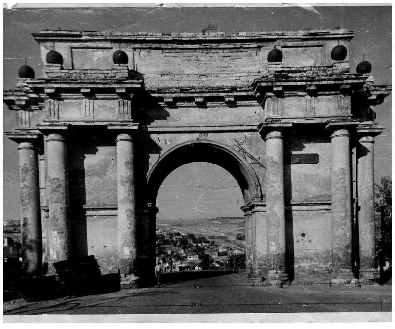 Триумфальная арка на проспекте Платовском