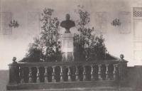 Бюст императора Александра III. Пр.Баклановский, 77. В здании