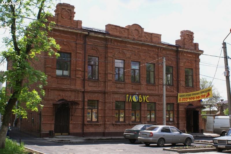Улица Просвещения, 87Б. Реконструкированное под ТЦ здание бывшей больницы