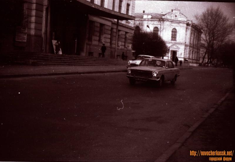 Проспект Платова. На фоне - городской Дом культуры и музей