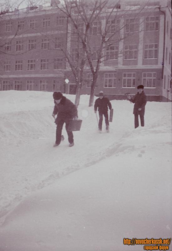 Перед школой №19
