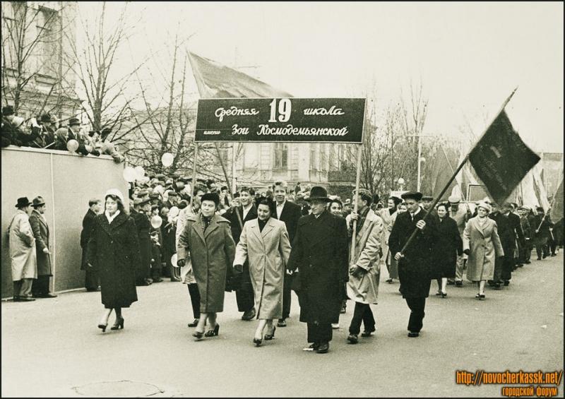 19 школа на демонстрации. Улица Московская. 1961 год