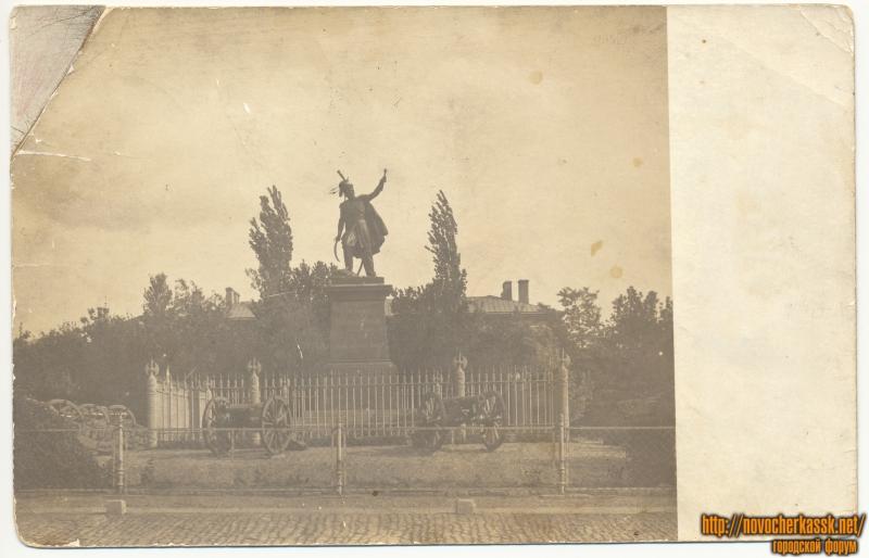 Памятник Платову. Видно трофейные пушки
