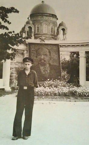 В ЦПКиО. Портрет Ленина на фоне ротонды