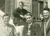 Апрель 1940 г. На ступенях главного корпуса НИИ