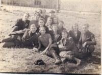 Группа Торгового техникума на воскреснике в скверике у Собора. 1951-1952 год