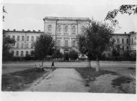 Вид на НГМА с переулка Кривопустенко