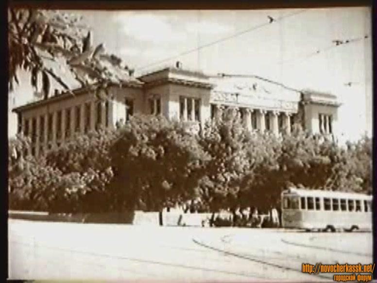 Трамвай возле горного корпуса НПИ