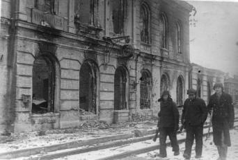 Здание железнодорожного вокзала, разрушенное немецкими оккупантами