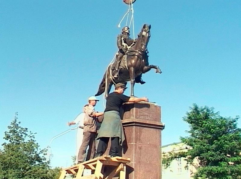 Установка конного памятника атаману Платову. 23 августа 2003 года