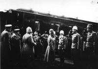 Император Николай II у поезда в Новочеркасске среди встречающих