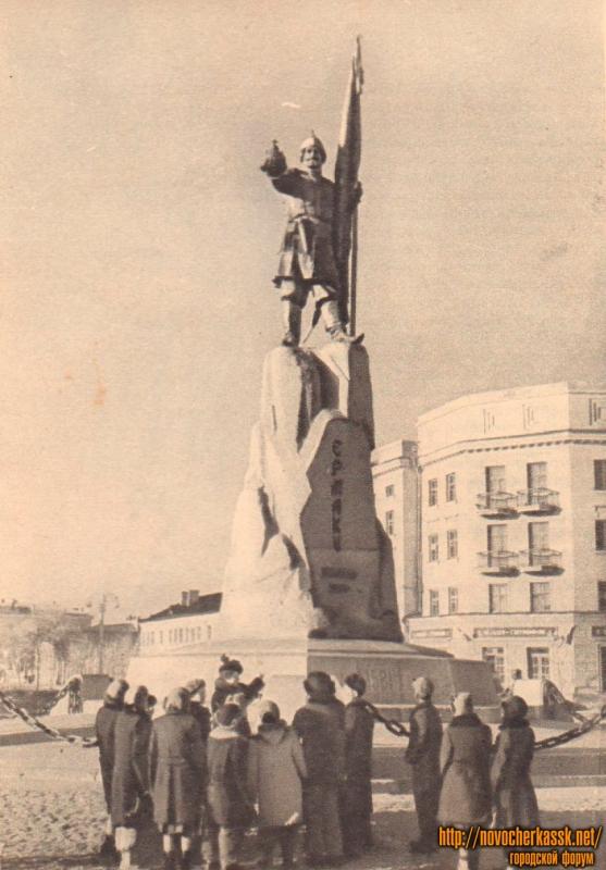 Школьники у памятника Ермаку в Новочеркасске. Фото М. Савина. 1950-е года