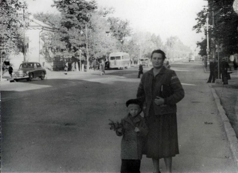 Сентябрь 1958 года. Около дома Московская, 26