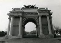 Триумфальная арка на спуске Герцена в г. Новочеркасске. 1990 год