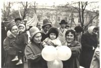 Группа жителей Новочеркасска на пр. Ермака во время ноябрьской демонстрации. 1960е