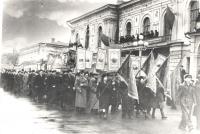 Работники НЗСП на демонстрации возле здания горисполкома г. Новочеркасска. 1951 год