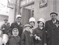 работники торговли у знания Пищеторга на Дубовского. 7 ноября 1971 года