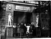 Юные туристы Дома пионеров собираются в поход. 1952 г.