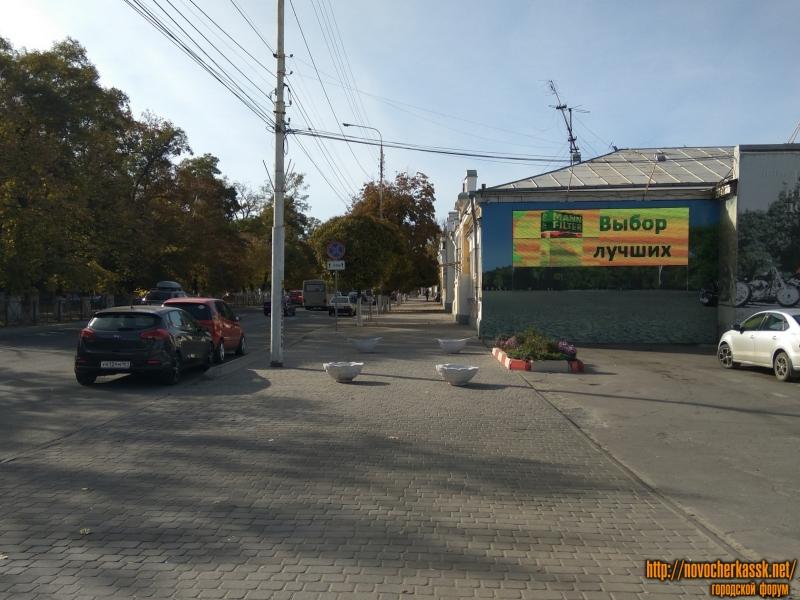 Вазоны для ограничения парковки на тротуаре на пр. Баклановском