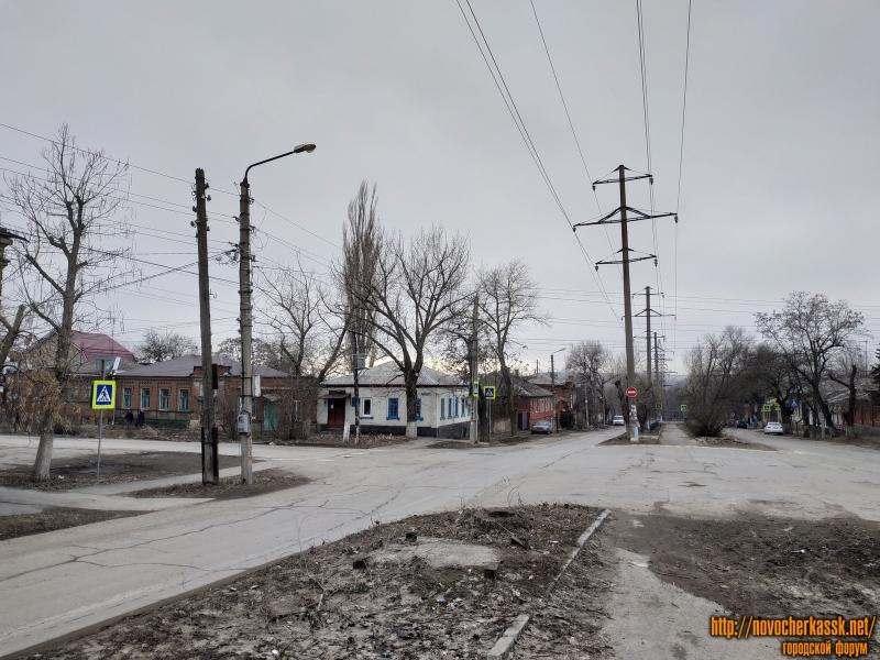 Перекрёсток Александровской и ул. Богдана Хмельницкого. Справа видно фундамент демонтированного ларька