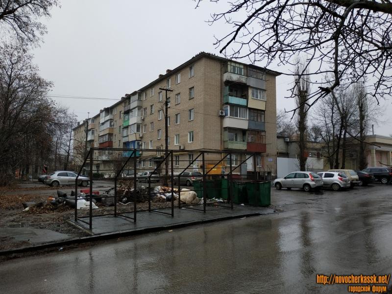 Сооружение мусорных контейнеров на улице Ленгника. На фоне - дом номер 4
