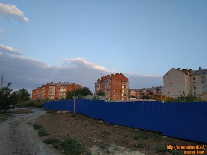 Площадка строительства дома. На фоне -  Славянский переулок 2А, 4А, 4Б, 1В