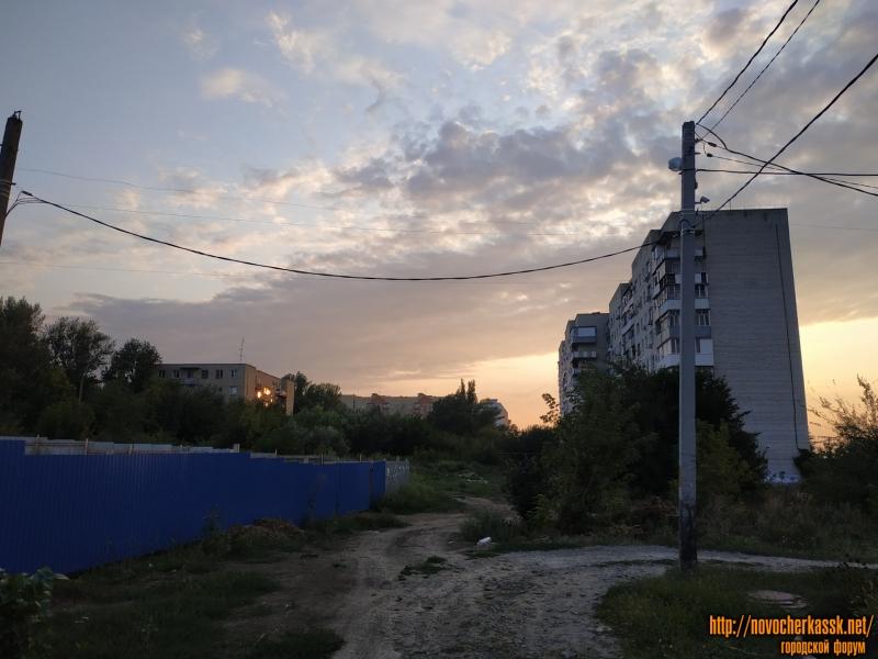 Вправо - Багряный переулок. Справа - ул. Буденновская, 271