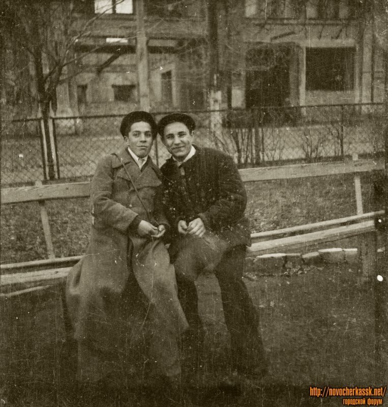 В сквере на проспекте Платовском. На фоне - сгоревшие торговые ряды