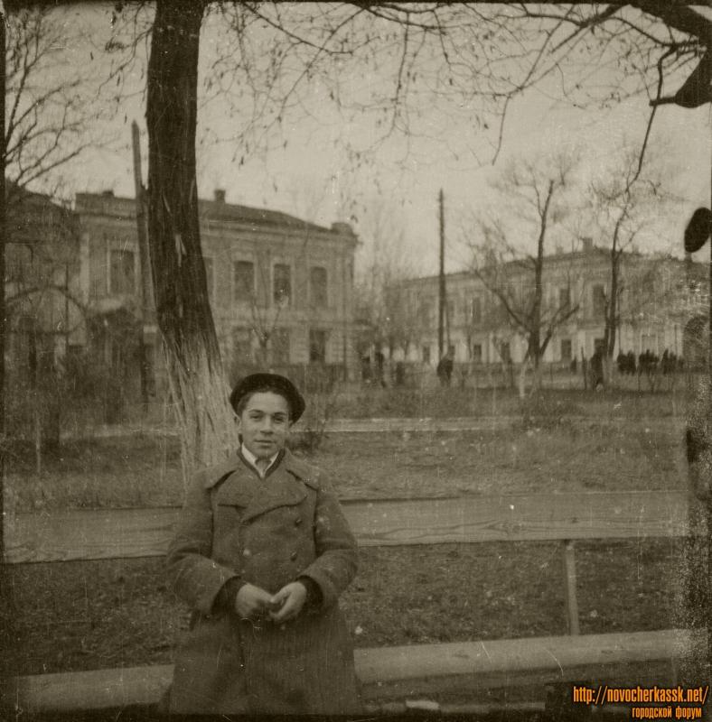 В сквере на проспекте Платовском. На фоне - улица Дворцовая