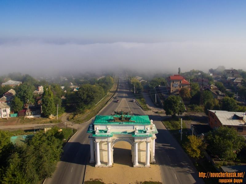 Триумфальная арка и туман над поймой реки Тузлов