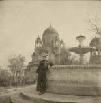 Рядом с фонтаном в Александровском парке. На фоне Александро-Невский храм