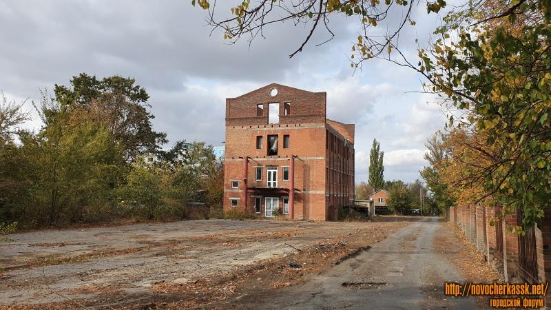 Долгострой справа от автовокзала на пр. Баклановском