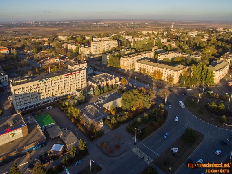 Вид на гостиницу «Новочеркасск», площадь перед ней и на часть города севернее Баклановского проспекта