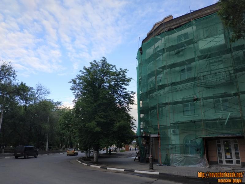 Ремонт фасада дома с аркой на пл. Троицкой. Вид с пр. Баклановского