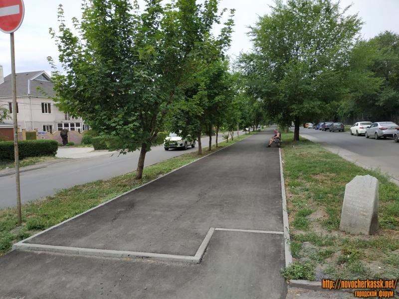 Свежий асфальт на аллее на улице Александровской