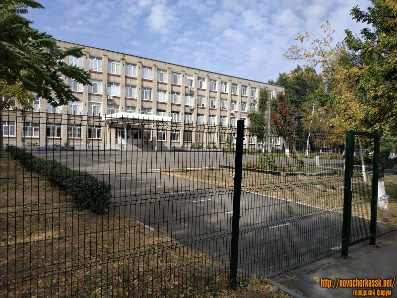 Школа №25. Перед школой видна разметка для соблюдения дистанции в период мероприятий для защиты от коронавируса