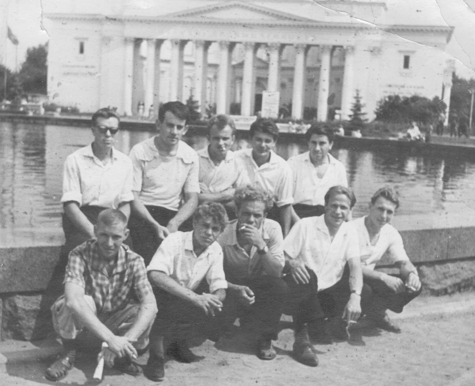 На ВДНХ с товарищами по работе (второй слева в верхнем ряду)